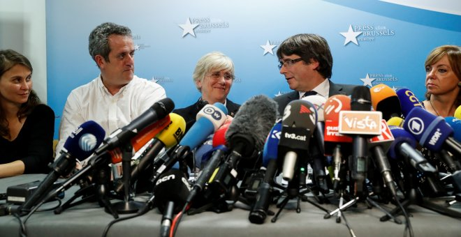 El expresident catalán Carles Puigdemont junto a los exconsejeros que le han acompañado a Bruselas (Meritxell Serret, Joaquim Forn, Clara Ponsati y Meritxell Borras) en su comparecencencia en el Press Club Brussels Europe, en la capital belga. REUTERS/Yve