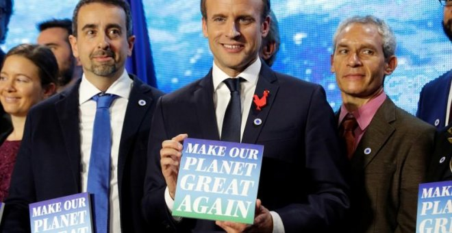 "El presidente francés, Emmanuel Macron, en la cumbre One Planet Summit, con un cartel que dice ""Make our planet great again""."