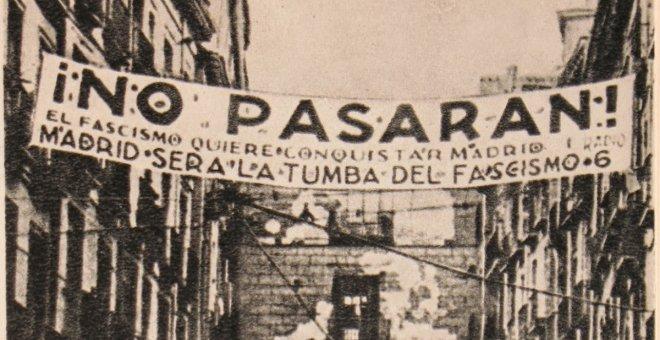 Instantánea tomada en uno de los accesos a la Plaza Mayor de Madrid durante la Guerra Civil