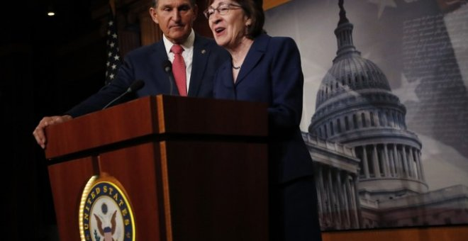 La senadora Susan Collins y Joe Manchin en Capitol Hill, Washington. REUTERS