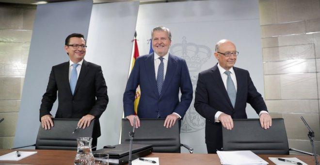 El ministro de Economía Román Escolano, el ministro Portavoz Iñigo Méndez de Vigo, y el ministro de Hacienda Cristóbal Montoro, durante la rueda de prensa posterior al Consejo de Ministros, celebrado en el Palacio de La Moncloa. EFE