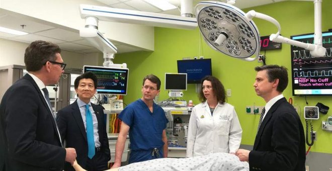 Fotografía cedida que muestra a los doctores (i-d) Brandacher Gerald, Wei-Ping Andrew Lee, Richard Redett, Cerise M.C. y Damon Cooney, del equipo de la Facultad de Medicina de la Universidad Johns Hopkins con sede en Baltimore (Maryland), donde se realizó