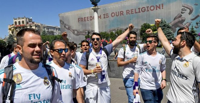 26/05/2018.- Real Madrid fans gather in Maidan Square, Kiev, Ukraine, 26 May 2018. Real Madrid will face Liverpool FC in the UEFA Champions League final at the NSC Olimpiyskiy stadium on 26 May 2018. (Liga de Campeones, Ucrania) EFE/EPA/GEORGI LICOVSKI