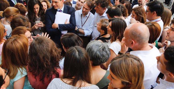 El presidente del Gobierno, Pedro Sánchez, conversa con los periodistas en el patio del Congreso de los Diputados, tras la sesión de control. INMA MESA