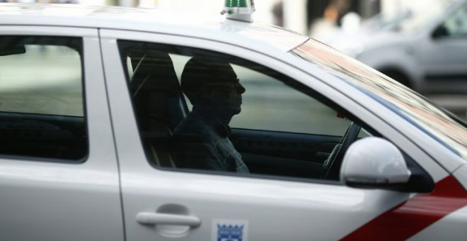 Un taxista espera en una calle de Madrid / EUROPA PRESS - Archivo (EUROPA PRESS)