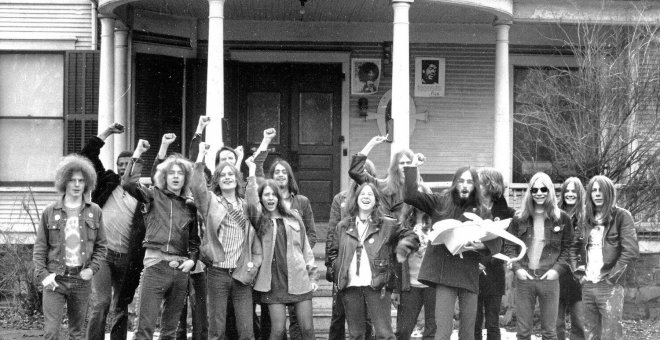 Un grupo de hippies posan junto a la sede del White Panther Party en Ann Arbor, Michigan.- WYSTAN / FLICKR