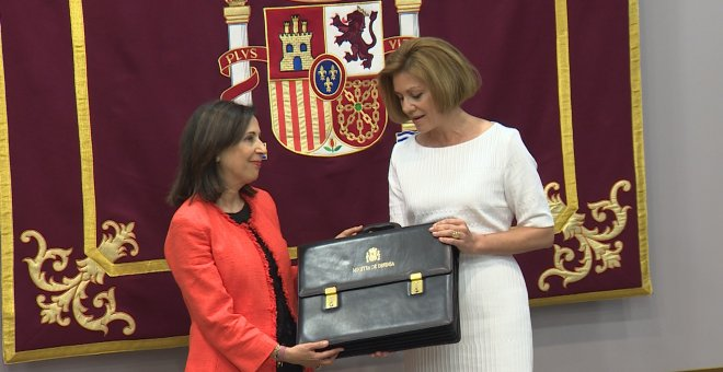 La exministra de Defensa María Dolores de Cospedal y la actual titular, Margarita Robles, en el cambio de cartera. Europa Press TV