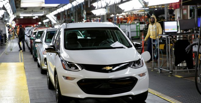 La cadena de ensamblaje del Chevrolet Bolt EV eléctrico en la planta de General Motors en Lake Orion (Michigan). /REUTERS