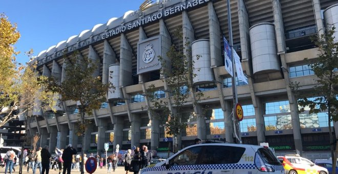 Estadio Santiago Bernabeu con Policía. EUROPA PRESS