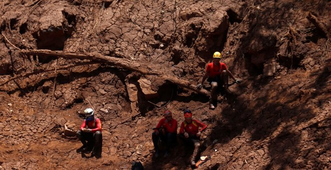 Rescue workers pause during a search and rescue mission after a tailings dam owned by Brazilian mining company Vale SA collapsed, in Brumadinho, Brazil February 2, 2019. REUTERS/Adriano Machado
