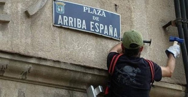 Retirada de una placa franquista.- EUROPA PRESS/ARCHIVO