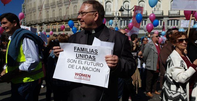 Un cura en la marcha de Women of the World. FERMÍN GRODIRA