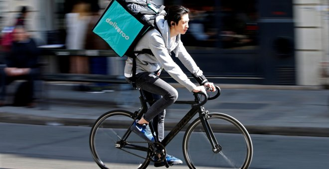 Un repartidor de Deliveroo./ REUTERS