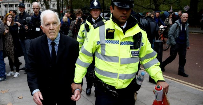 07/10/2019 - Phil Kingston, de 83 años, es detenido durante la protesta de 'Extinction Rebellion' en Londres. / REUTERS - Henry Nicholls