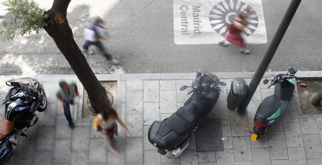 04/07/2019 - Motos aparcadas en una de las vías que componen Madrid Central. / EUROPA PRESS