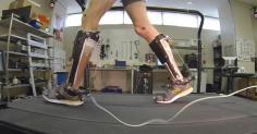 Un voluntario anda con el exoesqueleto en una pierna durante uno de los experimentos. /Universidad Carnegie Mellon