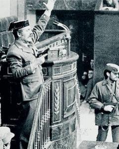 Una imagen para resumir un país y un siglo: Tejero irrumpe en el Congreso de los Diputados, el 23-F de 1981. EFE