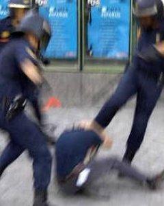 La policía ataca a un manifestante en Madrid.- AMNISTÍA INTERNACIONAL