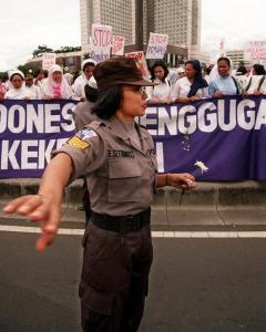 Una policía indonesia en una manifestación en Yakarta. - AFP
