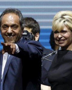 El candidato por Frente para la Victoria, Scioli, y su esposa en un mitin de cierre de campaña en Buenos Aires. REUTERS