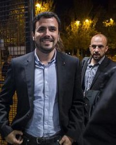 Alberto Garzón, a su llegada a un mitin junto a su jefe de prensa, Daniel Ayllón.-IU/JOSÉ CAMÓ
