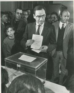 El vicepresidente del Gobierno, Alfonso Guerra, muestra su voto a favor de continuar en la OTAN, el 12 de marzo de 1986. EFE
