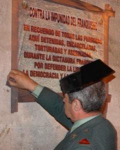 Víctimas del franquismo colocan una placa en la Casa de Correos de Madrid