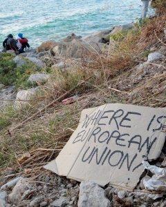 Migrantes y activistas de pie sobre las rocas en el paso fronterizo San Ludovic, en el mar Mediterráneo entre Ventimiglia, Italia, y Menton, Francia. REUTERS/Eric Gaillard
