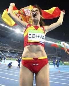 La atleta cántabra Ruth Beitia celebra su medalla de oro en salto de altura en los JJOO de Rio. REUTERS/Dominic Ebenbichler