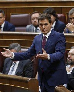 El líder de Ciudadanos, Albert Rivera (de pie), durante una de sus intervenciones en la segunda sesión del debate de investidura del líder del PP, Mariano Rajoy, en el Congreso de los Diputados. EFE/Chema Moya