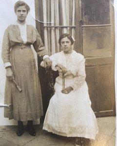 Isabel Barea Rincón y su prima Salud