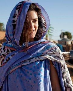 La actriz española Clara Lago en los campos de refugiados saharauis de Tinduf, Argelia.- ALBERTO SÁEZ SILVESTRE