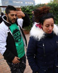 Jose Antonio Rojas Marcos y y su esposa Jessica Guabala de la Cruz, tras haber sido desahuciados de su vivienda en la localidad madrileña de Parla. REUTERS/Andrea Comas