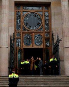 La presidenta del Parlament Catalunya, Carme Forcadell, saluda desde la entrada del Tribunal Superior de Justicia de Catalunya a los centenares de personas que le han arropado en su declaración ante el juez. REUTERS/Albert Gea