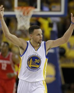 Stephen Curry podría romper su contrato con Under Armour. AP