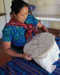 Cada día, Bartola dedica entre cinco y seis horas a la costura, al tiempo que se encarga del cuidado de sus hijos. - PABLO L. OROSA