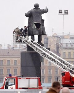 Agujero en la estatua de Lenin tras el atentado en 2009. - AFP