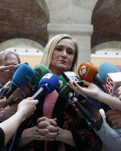 La presidenta de la Comunidad de Madrid, Cristina Cifuentes, atiende a los medios de comunicación. EFE/Javier Lizón