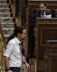 El líder de Podemos, Pablo Iglesias, se dirige a su escaño tras contestar al portavoz del PSOE, José Luis Ábalos,  durante la segunda jornada del debate de la moción de censura contra Mariano Rajoy. EFE/Emilio Naranjo