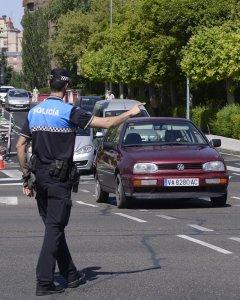 Un agente de policía ocal de Valladolid regula el tránsito de los automóviles tras la orden del Ayuntamiento de cortar el tráfico de vehículos en el centro de la ciudad. EFE/Nacho Gallego