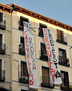 Activistas LGTB cuelgan una pancarta contra el capitalismo 'rosa' en la fachada de un edificio