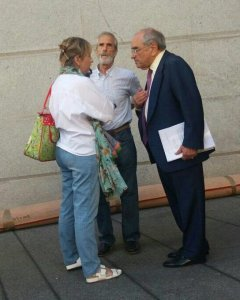 Martín Villa habla a las puertas del Congreso con familiares de víctimas del 3 de marzo.- TWITTER MARIAN BEITIALARRANGOITIA