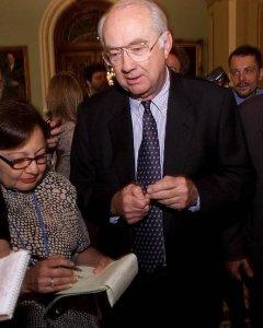 El senador estadounidense Phil Gramm, hace unas declaracones a los periodistas, en junio de 2001. AFP/Shawn Thew