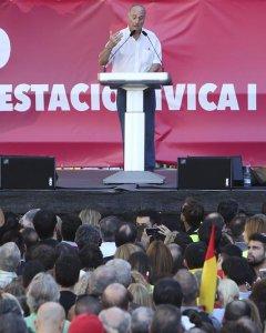 El ex secretario general del PCE Paco Frutos, durante su intervención tras la manifestación convocada el pasado 29 de octubre por Societat Civil Catalana en Barcelona en contra de la declaración de independencia en el Parlament. EFE/Javier Etxezarreta