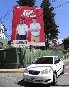 Fotografía de una valla con publicidad del candidato presidencial por el Partido Liberal, Luis Zelaya (d), y el candidato a la Alcaldía de la capital, Osman Aguilar (i), en Tegucigalpa. EFE/Gustavo Amador