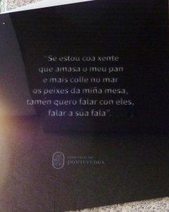 Detallede la placa en la casa de Pontevedra donde vivió María Victoria Moreno. WIKIPEDIA
