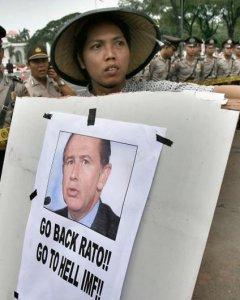 Un estudiante indonesio protesta contra las políticas del FMI, con una pancarta con el retrato del entonces director gerente del organismo, Rodrigo Rato, en Yaakarta, en enero de 2007. AFP/Jewel Samad