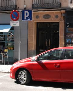 Un vehículo estacionado en un espacio reservado para conductores con movilidad reducida. Foto Policía Municipal de Madrid