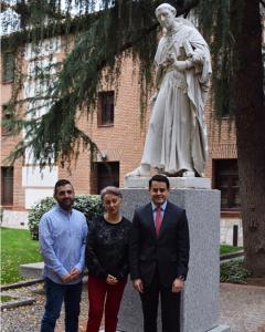 Los galardonados en el Patio de Filósofos de la UAH junto a la estatua de Cisneros | Sara Fernández de la Peña
