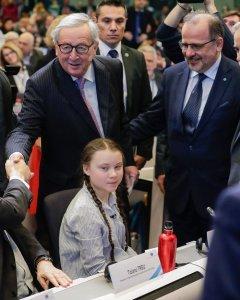 La joven activista de 16 años sueca Greta Thunberg (c), el presidente de la Comisión Europea, Jean-Claude Juncker (c, detrás), y el presidente del Consejo Económico y Social Europeo, Luca Jahier (dcha), participan en el evento 'Sociedad civil por el renac